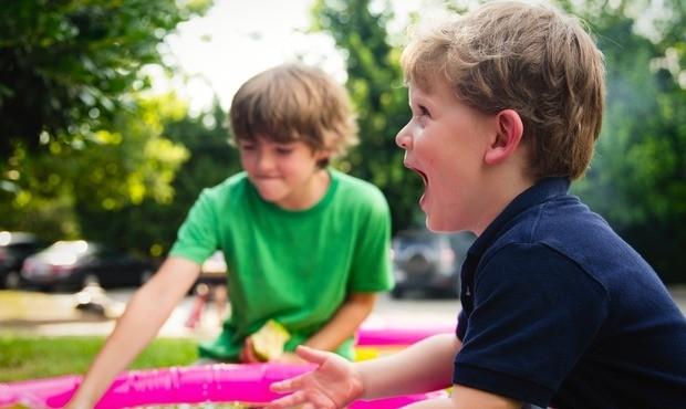 due bambini che giocano