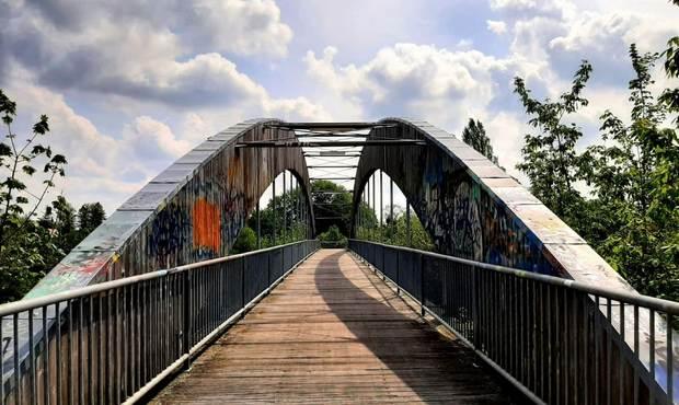 ponte con graffiti a Berlino